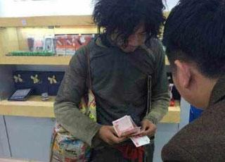 Chàng ăn mày chịu chơi mua liền lúc 2 chiếc iPhone 6 Plus